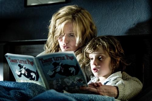 Amelia (Essie Davis) liest ihrem Sohn Samuel (Noah Wiseman) eine Gute-Nacht-Geschichte vor. Foto: Capelight